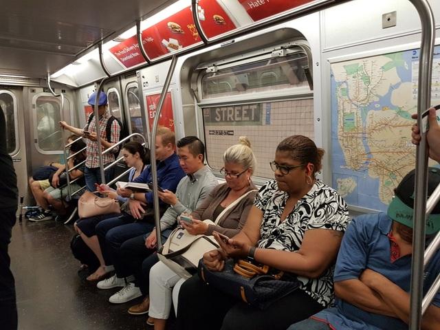 Những người dân trên chuyến tàu điện cuối ngày.