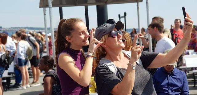 Hai du khách trên tàu ra Liberty Island
