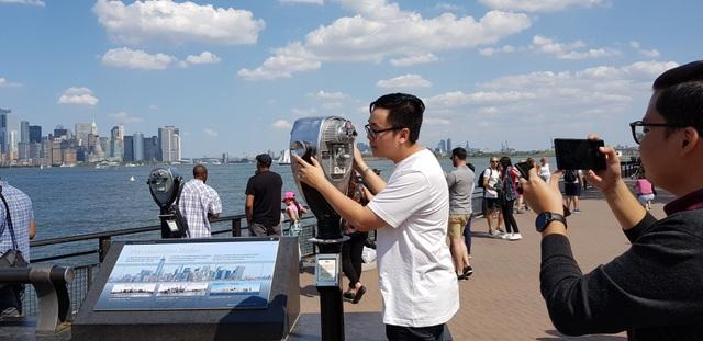 Liberty Island, nơi đặt tượng Nữ thần Tự Do. Nơi đây luôn tập trung rất đông người với nhiều hoạt động tham quan, du lịch