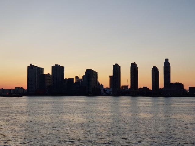 Bình minh bên bờ sông Hudson