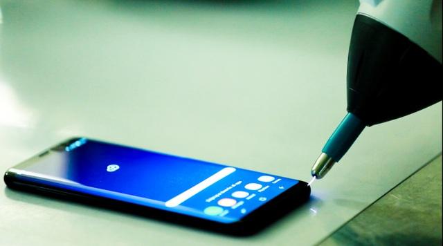 Galaxy S8, S8 là 2 dòng sản phẩm chủ lực tại nhà máy SEVT. Samsung bắt đầu sản xuất bộ đôi điện thoại này từ cuối tháng 2/2017, tức 1 tháng trước khi sản phẩm này được ra mắt. Trong hình là công đoạn kiểm chứng khả năng chịu tác động xung điện từ môi trường đặc biệt (xung từ hệ thống khác, từ môi trường tự nhiên như sét đánh...)