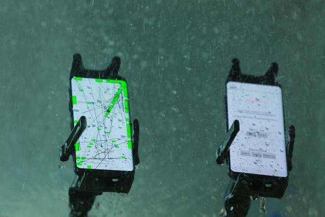 Quá trình phun nước trực tiếp lên 4 hướng của Galaxy S8 kéo dài trong 30 phút.