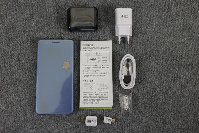 Phiên bản xách tay Hàn Quốc có thêm bao bảo vệ đi kèm bên cạnh sạc nhanh, cáp USB-Type C, tai nghe, cây chọt SIM, sách hướng dẫn và một bộ phụ kiện USB Connector + Micro USB Connector