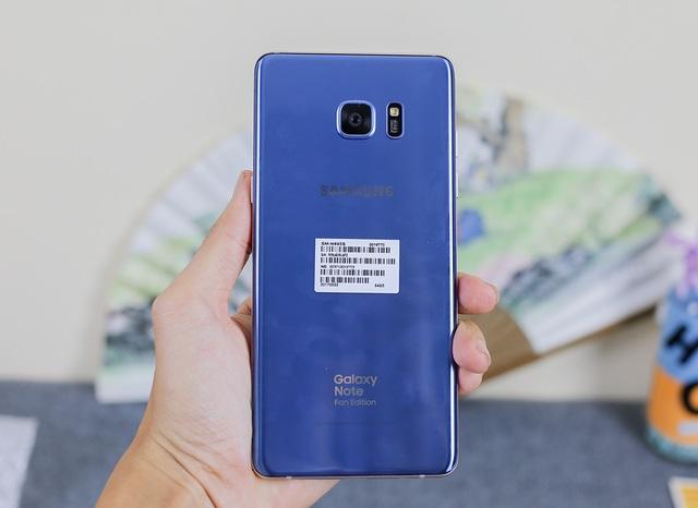 Về thiết kế, Galaxy NoteFE vẫn tương tự thế hệ trước đây, không có khác biệt nhiều. Vẫn là kính cường lực Gorilla Glass thế hệ thứ 5 kết hợp cùng khung viền kim loại nguyên khối.