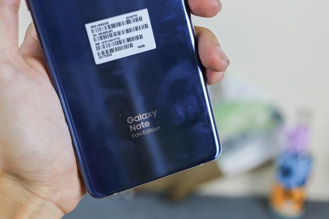 Mặt sau của máy đáng chú ý có in thêm dòng chữ Note Fan Edition để giúp người dùng phân biệt dòng sản phẩm đã tân trang thay vì Note7 như trước đây.