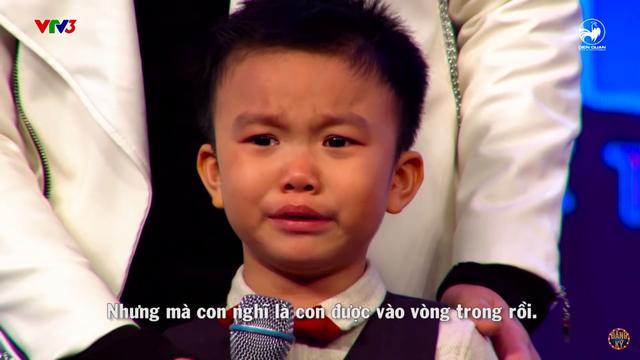 Bé Minh Khang khóc nức nở khi biết mình không đoạt giải cao tại chung kết Biệt tài tí hon.