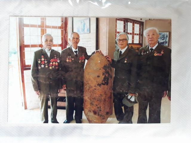 Do có thành tích phá được hơn 100 quả bom nổ chậm các loại nên cụ Thọ đã vinh dự được gặp Bác ạ