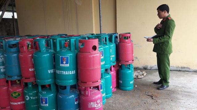 Hiện, các lực lượng chức năng đã tiến hành lập biên bản, tạm giữ tất cả số bình gas trên để xử lý theo quy định.