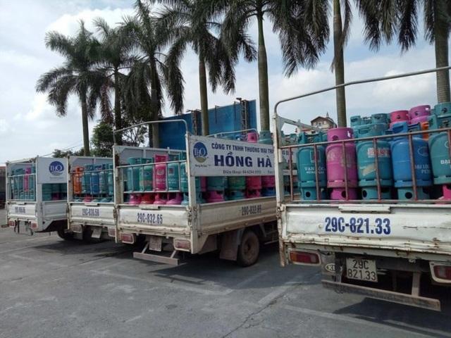 Xe ô tô của hãng Hồng Hà Gas thuộc Cty TNHH Thương mại Trần Hồng Quân chở nhiều vỏ gas của hãng Vạn Lộc, Đại Lộc gas