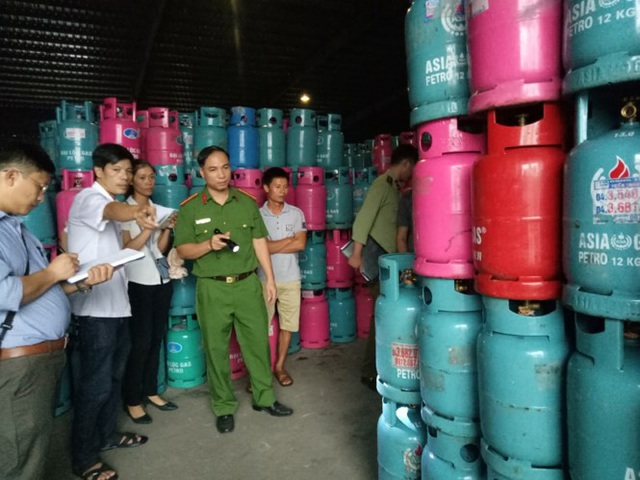 Doanh nghiệp nguy cơ phá sản vì 50.000 vỏ bình gas bị chiếm giữ trái phép - ảnh 2. Công an huyện Mỹ Hào kiểm tra gần 30.000 vỏ bình gas bị chiếm giữ tại kho hàng Dị Sử. Ảnh: M.Đ