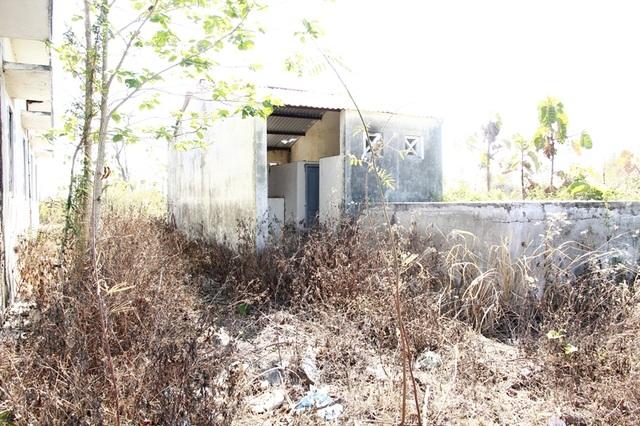 Nhà vệ sinh để hoang, cỏ mọc um tùm không thể sử dụng