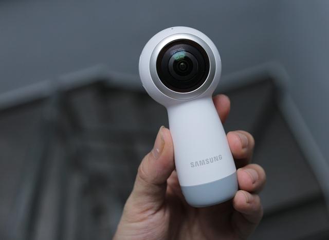 Thiết kế lần này cũng giúp Gear 360 dễ dàng cầm nắm chụp ảnh thay vì hình cầu như phiên bản cũ. Các phím bấm được đưa xuống dưới thân tay năm, cho phép chuyển đổi và bấm nhanh chóng.