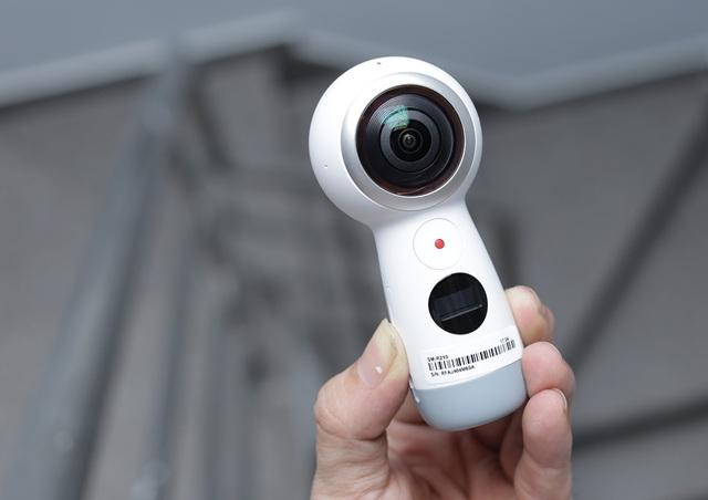 So với thế hệ trước, Gear 360 năm 2017 được cải tiến nhiều tính năng nhằm tạo ra trải nghiệm nội dung 360 độc đáo hơn. Gear 360 sở hữu cảm biến hình ảnh 8,4 MP với ống kính khẩu độ F2.2 trên cả hai ống kính mắt cá, cho phép quay video 4K.