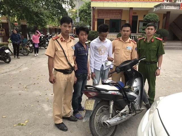 Sử dụng xe máy bịt BKS để cướp điện thoại, hai đối tượng bị CSGT bắt.