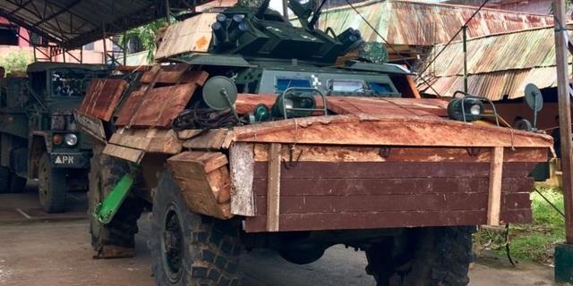 Xe thiết giáp Philippines được gia cố bằng gỗ. (Ảnh: Twitter)
