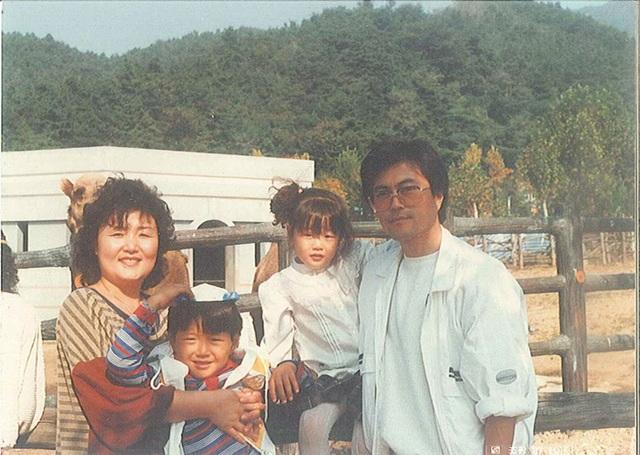 Ông Moon chụp ảnh cùng vợ, con trai và con gái khi ông còn là một luật sư. (Ảnh: Korea Times)
