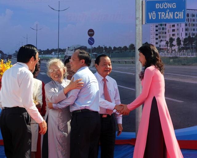 Gia đình ông Võ Trần Chí chia sẻ niềm xúc động với lãnh đạo TP.