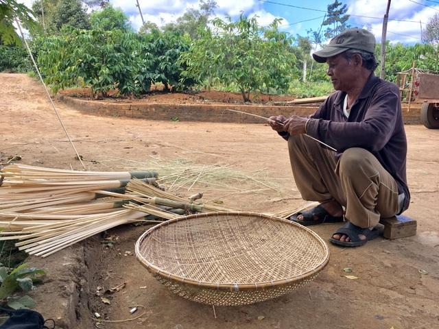 Già làng Puih Sir vừa ngồi làm những chiếc grang vừa chia sẻ về cách đặt tên của thế hệ trước