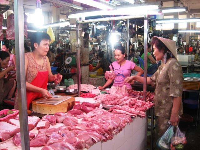 Hiện giá lợn tại chợ  ở Hà Nội cũng đang lao dốc nhanh chóng.