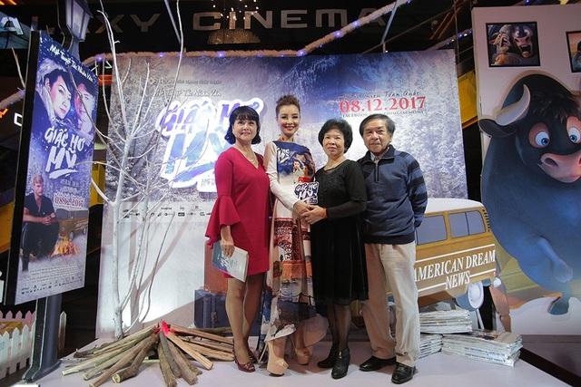 """Ngoài đời, Mai Thu Trang từng là người mẫu, hiện là một doanh nhân sống ở Mỹ. 70% bối cảnh của bộ phim quay ở Mỹ. Chính vì vậy, khi mọi người ở đoàn làm phim sang, Mai Thu Trang lại trở thành """"hướng dẫn viên"""" bất đắc dĩ luôn. Mẹ của diễn viên Mai Thu Huyền - Mai Thu Trang cũng đã có mặt ở thảm đỏ của buổi ra mắt để chúc mừng hai cô con gái."""
