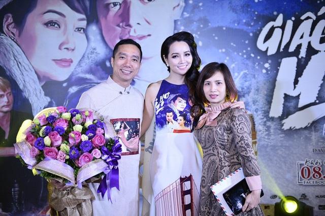 """Tới chúc mừng người cộng sự thân thiết, NTK Đỗ Trịnh Hoài Nam (ngoài cùng bên trái) bày tỏ: """"Mai Thu Huyền là một trong những thần tượng của tôi. Từ khi cô ấy đóng bộ phim 'Những ngọn nến trong đêm' tôi đã rất hâm mộ. May mắn là khi hoạt động trong nghề thời trang tôi có cơ hội cộng tác với Mai Thu Huyền trong những dự án như bộ ảnh nghệ thuật áo dài quốc kỳ của 56 nước rất được công chúng đón nhận."""
