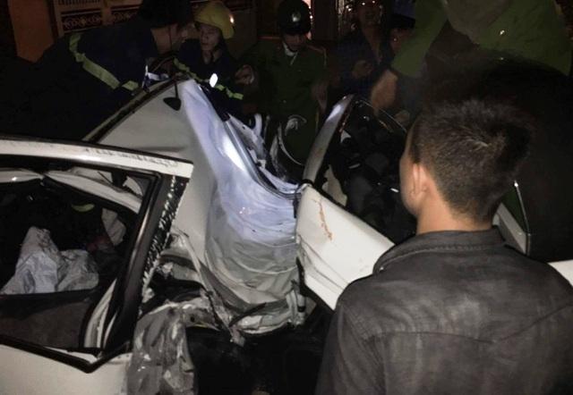 Lực lượng Cảnh sát PCCC Thanh Hóa huy động hàng chục chiến sĩ cùng nhiều phương tiện giải cứu nạn nhân mắc kẹt trong xe