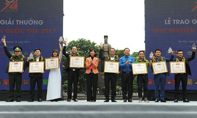 Anh Nguyễn Phi Long, Bí thư Trung ương Đoàn Thanh niên Cộng sản Hồ Chí Minh trao giải cho tập thể, cá nhân có thành tích xuất sắc trong công tác tình nguyện.