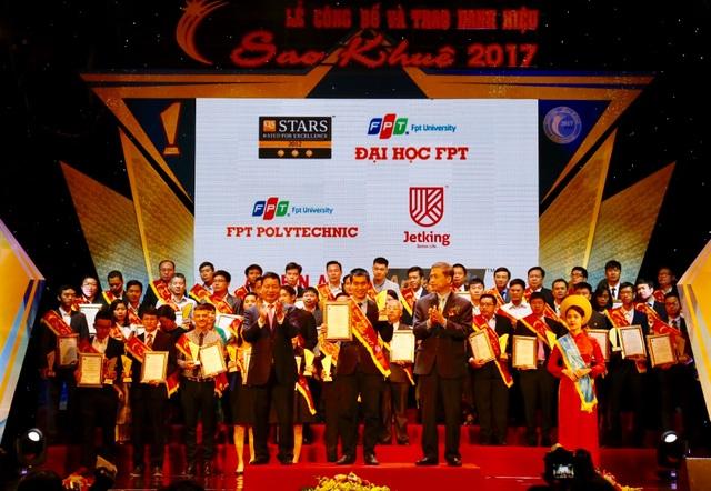 Ông Vũ Chí Thành (đứng giữa, hàng đầu tiên) - Giám đốc Khối đào tạo FPT Polytechnic - trên bục nhận Giải thưởng Sao Khuê về dịch vụ đào tạo Công nghệ thông tin hệ chính quy.