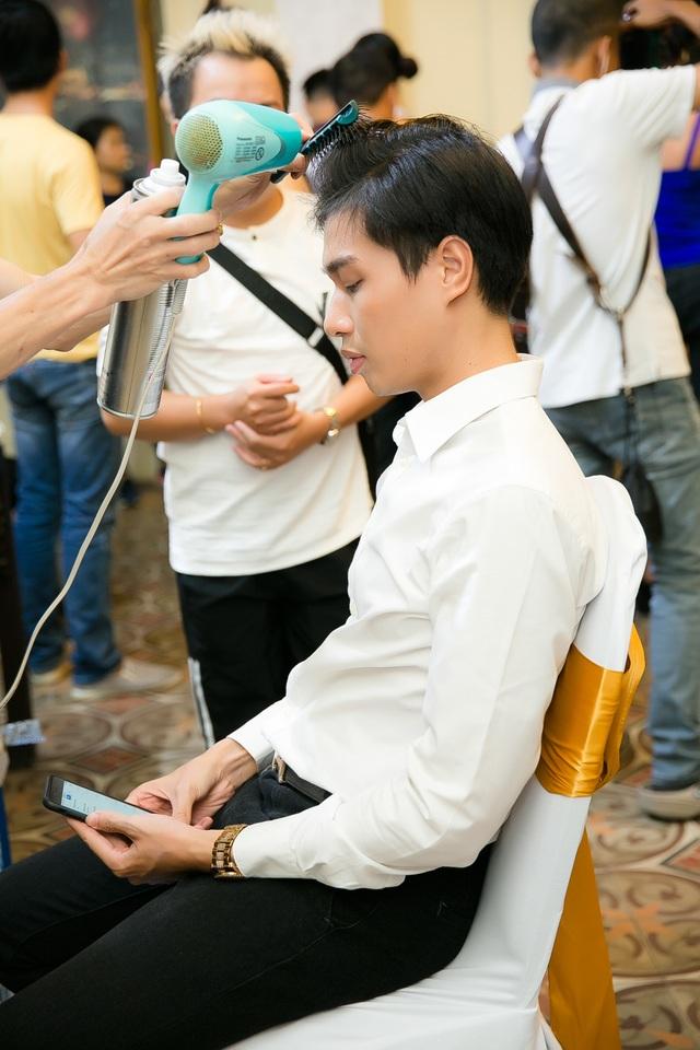 Giải vàng siêu mẫu Việt Nam Hữu Long làm tóc trong hậu trường.
