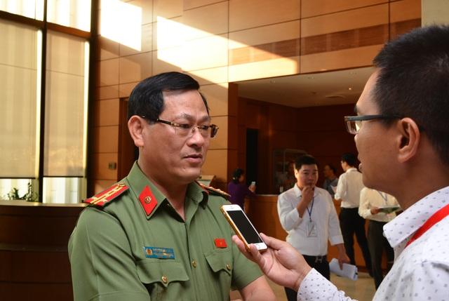 Đại tá Nguyễn Hữu Cầu - Giám đốc Công an tỉnh Nghệ An trao đổi với PV Dân trí bên hành lang Quốc hội chiều 30/10.