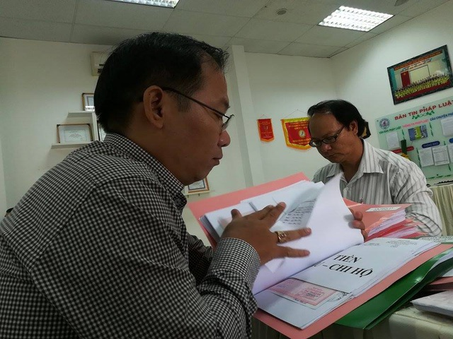 Thành viên trong đoàn giám sát UBMTTQ Việt Nam TPHCM kiểm tra sổ sách tài chính tại Trường tiểu học Nguyễn Thái học, Q.1