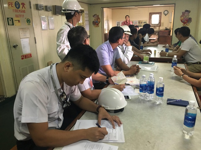 Hoạt động kiểm tra đột xuất về định biên của Cảng vụ Hàng hải TPHCM đối với một tàu hàng trước khi rời cảng