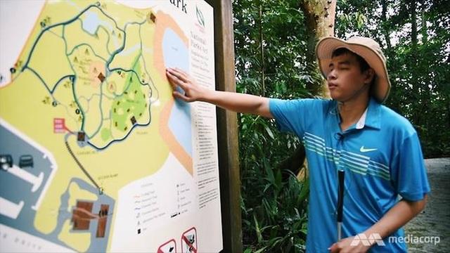 Giang đang xem bản đồ trong chuyến dã ngoại với bạn bè (Ảnh: CNA)