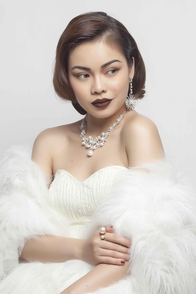 """Trong chương trình này, cô cho biết mình sẽ thể hiện ca khúc nói về sự lạc quan, yêu đời là """"món quà"""" mà nữ ca sĩ muốn dành tặng cho các thí sinh Hoa hậu Hoàn vũ Việt Nam 2017."""