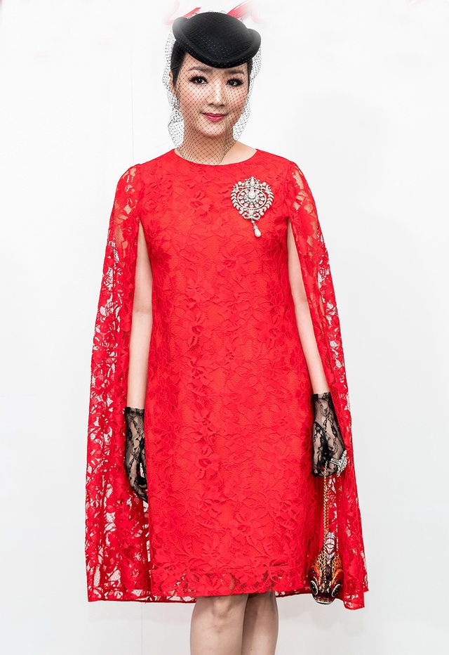 Hoa hậu đền Hùng Giáng My mang đến hình ảnh cổ điển với váy ren tay cape phối cùng mũ đen, găng tay ren. Người đẹp còn tạo thêm điểm nhấn bằng chiếc clutch cầm tay hình cầu ấn tượng.