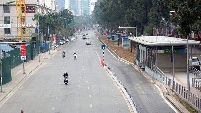 Tại đường Giảng Võ, phương tiện di chuyển dễ dàng, không còn cảnh nối đuôi nhau lưu thông như thường thấy.