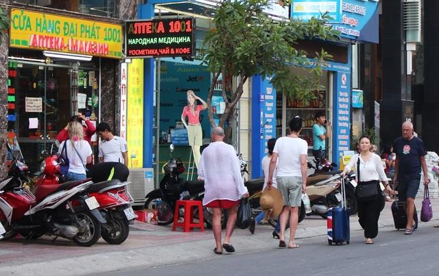 Xe máy dựng ngổn ngang trên vỉa hè đã đuổi du khách nước ngoài xuống lòng đường trên đường Hùng Vương
