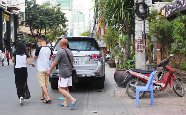 Cũng tình huống trên, 3 du khách khác chọn cách đi khá nguy hiểm là băng xuống lòng đường