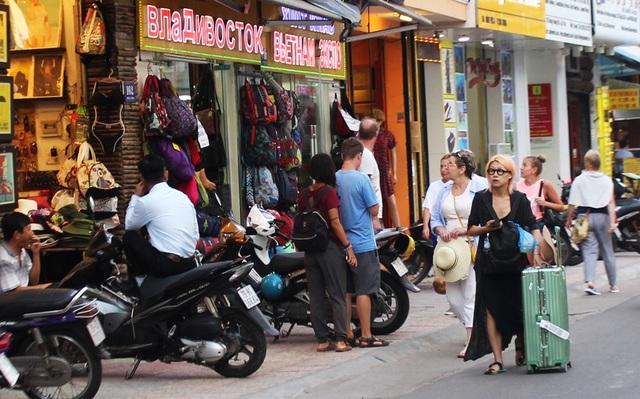 Tại các cửa hàng thời trang trên đường Hùng Vương, nhiều du khách không khỏi đau đầu khi tìm lối đi bộ. Điều đáng nói, tình trạng này khá phổ biến tại các con đường ở phố Tây Nha Trang