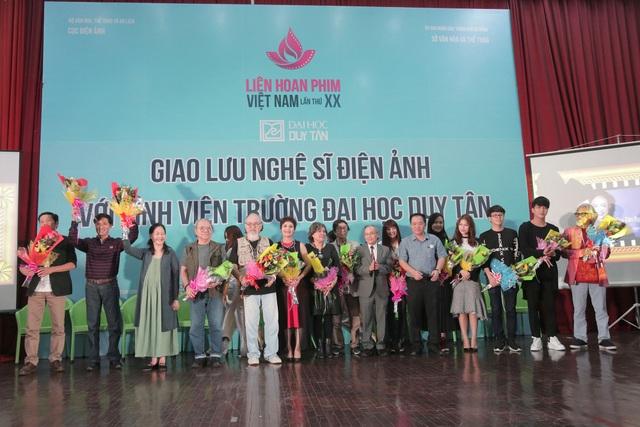 Các nghệ sĩ điện ảnh giao lưu với sinh viên Đà Nẵng nhân dịp Liên hoan phim Việt Nam lần thứ 20 đang diễn ra tại thành phố bên dòng sông Hàn
