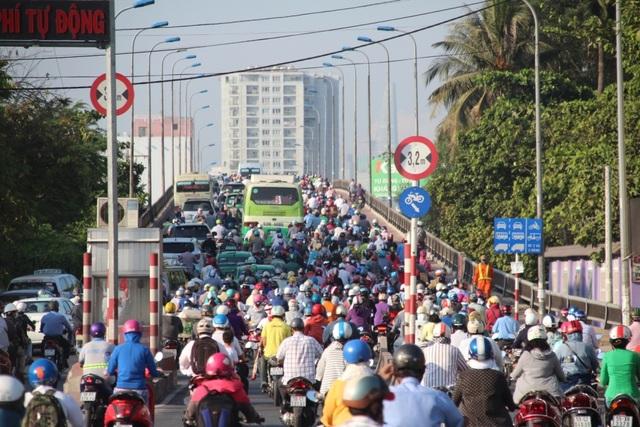 Tốc độ phát triển hạ tầng giao thông hiện nay của TPHCM không theo kịp với tốc độ gia tăng phương tiện