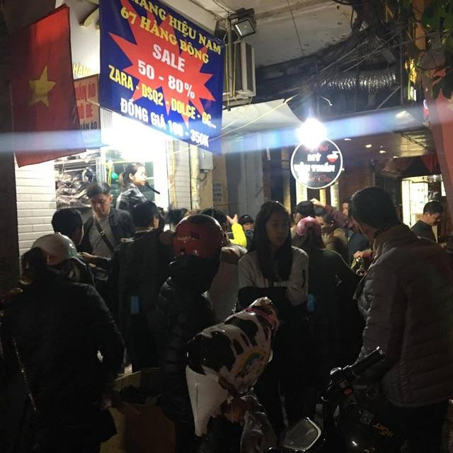 Những cửa hàng vẫn len người trên phố Hàng Bông...