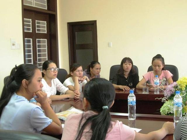 Các giáo viên ngoài biên chế trong diện bị cắt hợp đồng năm học 2017-2018 tại buổi tiếp xúc với lãnh đạo huyện