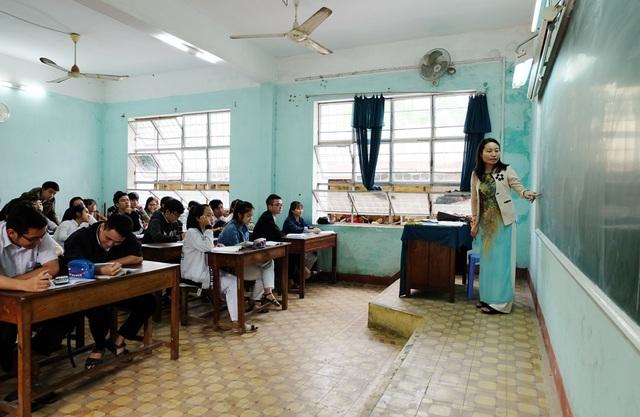 Theo đề nghị về chính sách dành cho giáo viên dạy bồi dưỡng học sinh giỏi, mức chi trả cho giáo sư, phó giáo sư, tiến sĩ sẽ hơn 300 nghìn đồng/tiết học (ảnh minh họa)