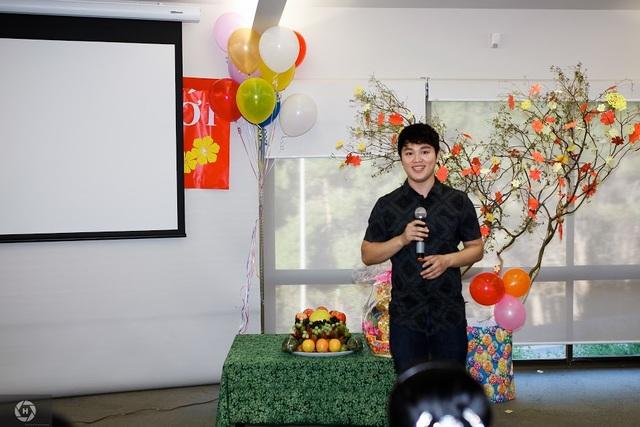 Chủ tịch Hội sinh viên Việt Nam tại Adelaide phát biểu khai mạc tiệc Tết.