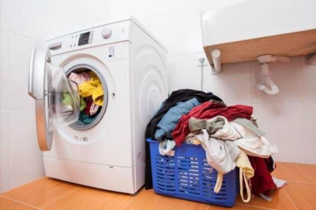 Không nên chất đống quần áo trong những ngày nồm ẩm.