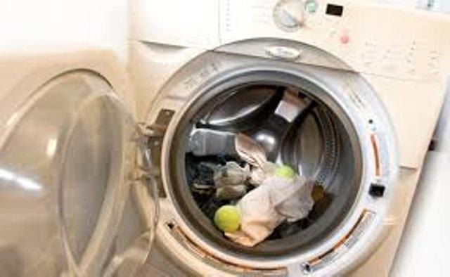 Cho bóng tennis vào máy giặt sẽ khiến quá trình làm khô quần áo thực hiện nhanh hơn.