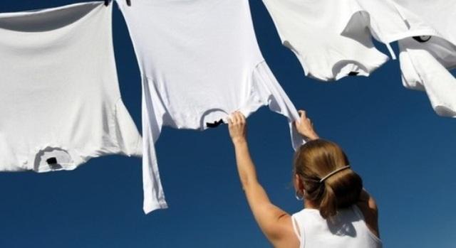 Phơi ngược giúp quần áo dày nhanh khô hơn.