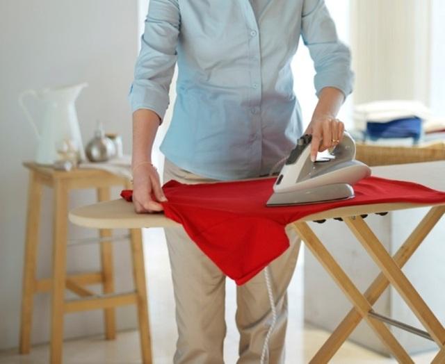 Là quần áo trước khi mặc giúp trang phục có mùi dễ chịu hơn.