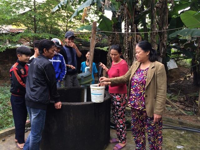Nhiều người dân hiếu kỳ đến xem giếng nước